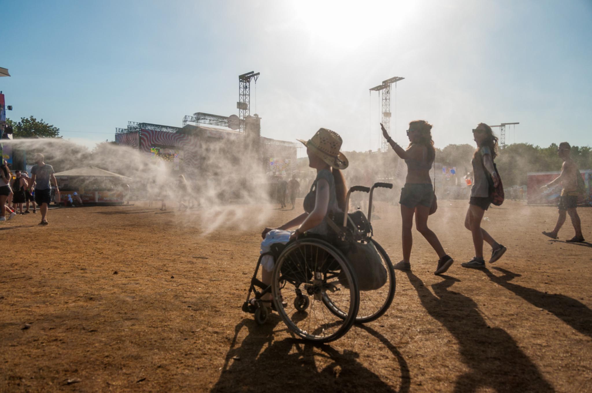 """Podiumsgäste auf der Veranstaltung """"Inklusion im Fernsehen"""" der Grimme Akademie bei RTL in Köln. Es spricht ein kleinwüchsiger Rollstuhlfahrer ins Mikro. Neben ihm sitzen eine Frau mit Down-Syndrom und eine nicht behinderte Frau. Der Moderator ist im Vordergrund zu sehen."""